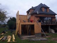 Extension à ossature bois, terrasse et aménagements extérieur par Atelier des Bois Debout à Bernay